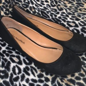 ©️ 3/20 City Classified wedge faux suede black